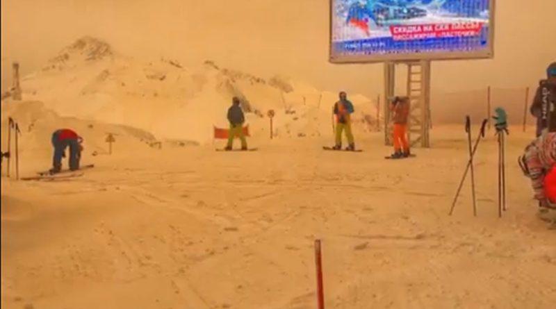 Tormenta de arena del sahara tiñe de color naranja nieve de Rusia.